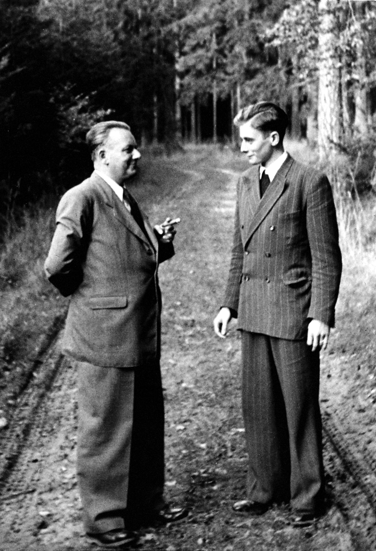 1954 - Colloquio tra padre e figlio durante una passeggiata nel bosco. Adolf Würth con suo figlio Reinhold.