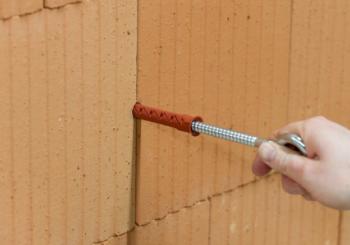 Posa dei tasselli in nylon nel calcestruzzo e muratura