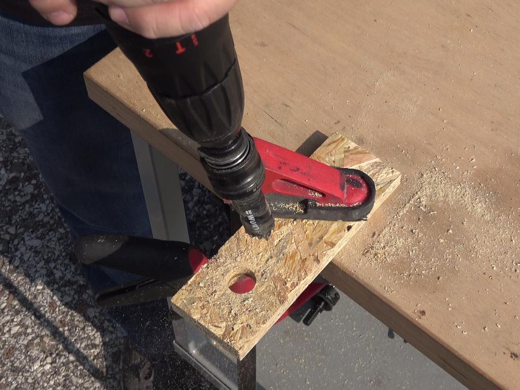 Step 1 - Fora il legno con la sega a tazza più piccola