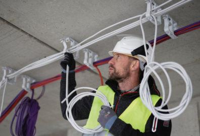 Addio crampi alla mano: prova la comodità delle forbici da elettricista professionali Würth!