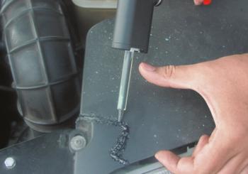 Riparare graffi e piccoli danni sul paraurti in plastica? È semplicissimo, grazie alla gamma REPLAST di colle bicomponente!