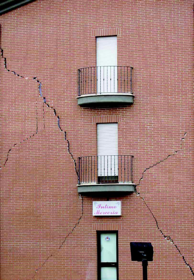 Facciata danneggiata da terremoto