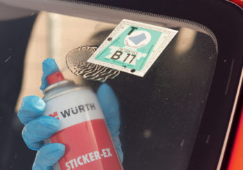 Senza lasciare traccia: ecco come togliere le etichette adesive da ogni superficie con un solo prodotto