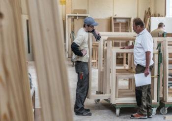 Colle poliuretaniche per legno: le caratteristiche e come utilizzarle per l'incollaggio strutturale di finestre, porte, telai, scale, corrimano e ringhiere