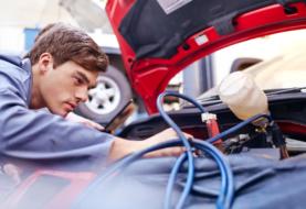 Auto ferma? Ecco come prendersi cura della batteria scarica e come caricare una batteria auto
