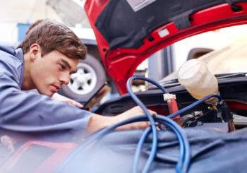 Auto ferma? Come prendersi cura della batteria scarica e come caricare una batteria auto (ricarica e/o mantenimento)