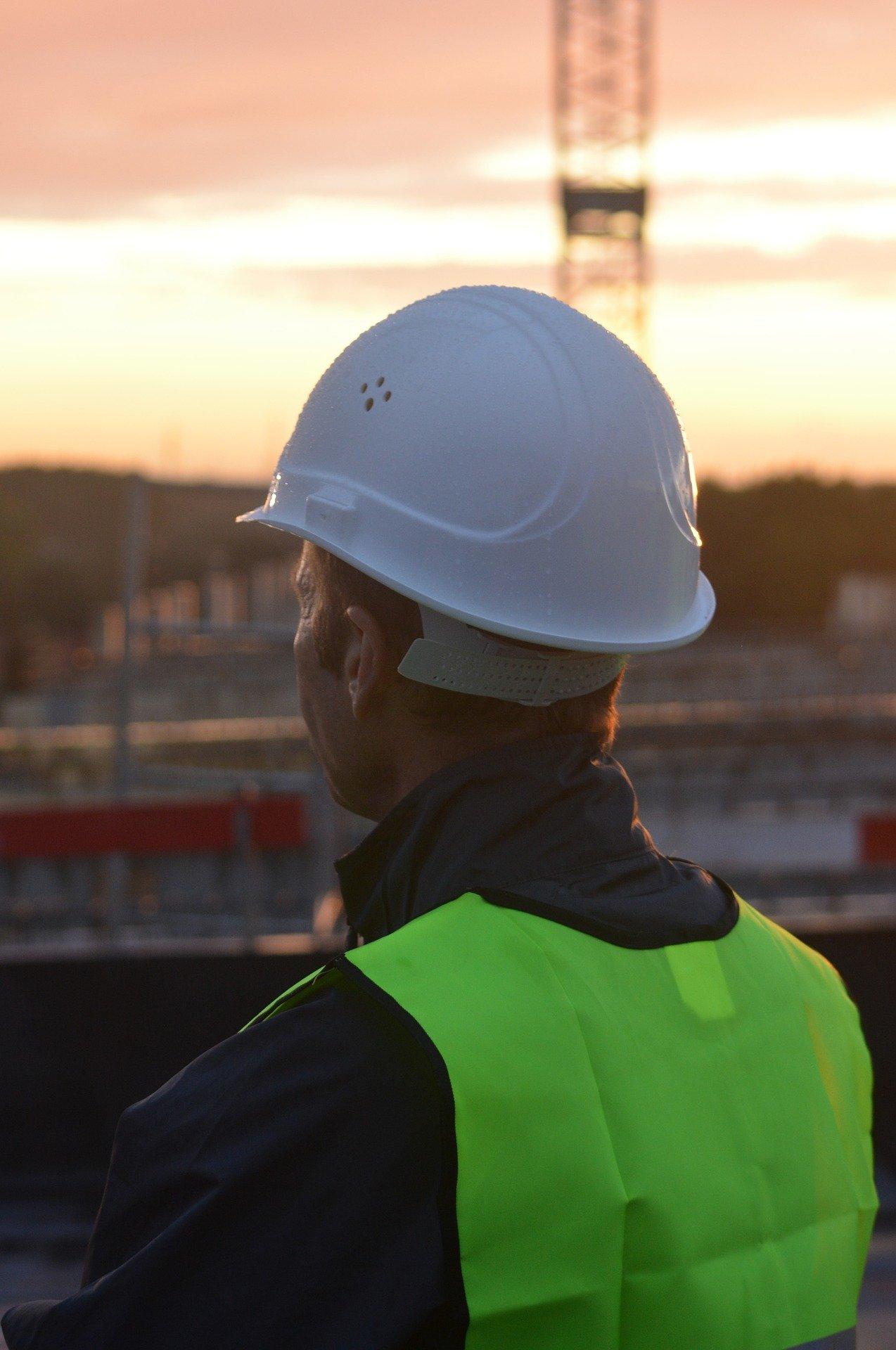 casco da lavoro - indossare elmetto protettivo