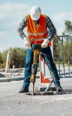 Quali sono le attrezzature e la normativa di sicurezza per i lavori stradali pubblici (1)