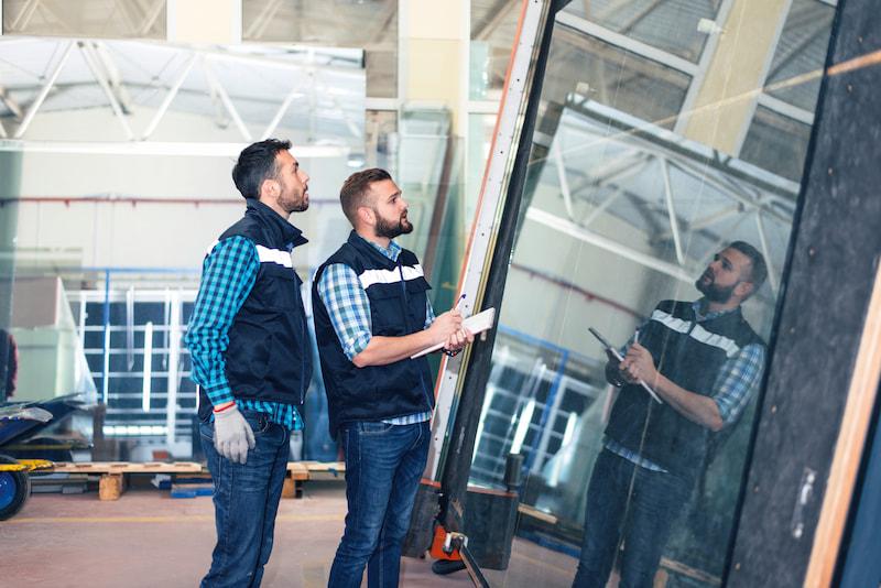 operai in fabbrica finestre