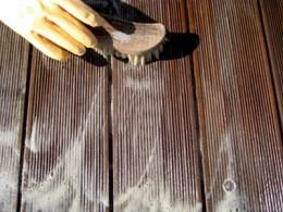 pulizia delle terrazze in legno - applicazione detergente
