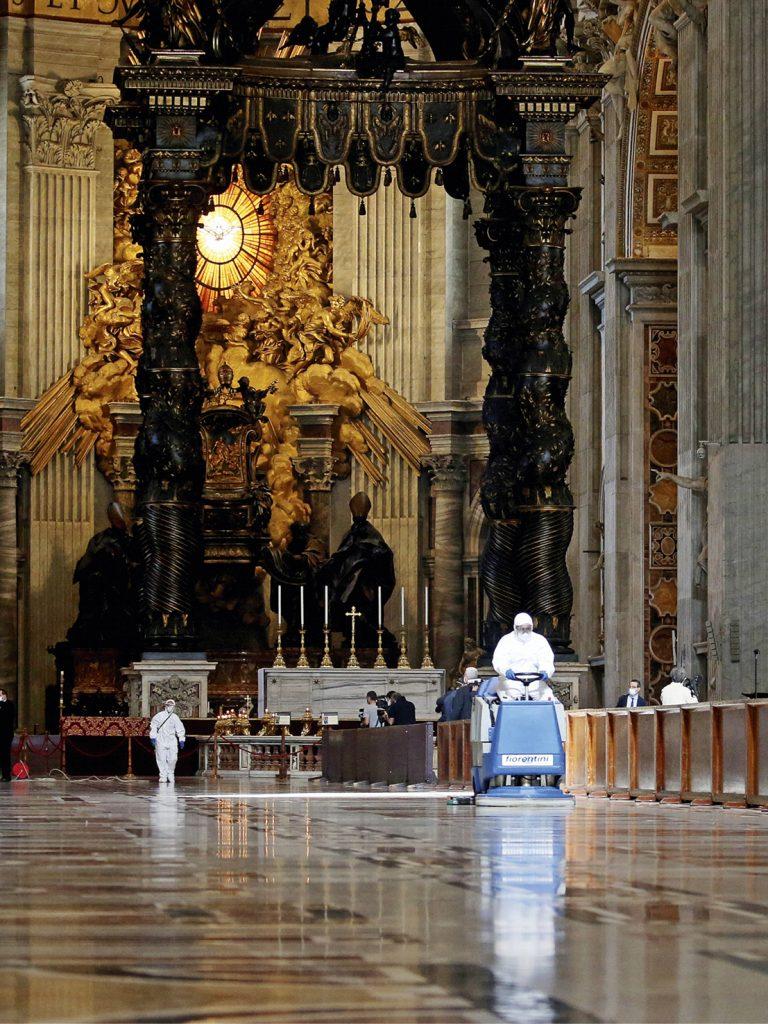 Ogni metro quadrato della Basilica di San Pietro viene sterilizzata meticolosamente.